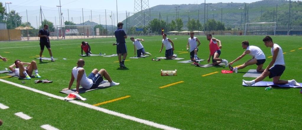 preparazione su campo di calcio in estate