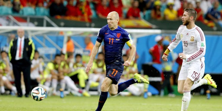. Salvador (Brazil), 13/06/2014.- Arjen Robben (C) of the Netherlands on his way to score the 1:5 lead during the FIFA World Cup 2014 group B preliminary round match between Spain and the Netherlands at the Arena Fonte Nova in Salvador, Brazil, 13 June 2014.  (RESTRICTIONS APPLY: Editorial Use Only, not used in association with any commercial entity - Images must not be used in any form of alert service or push service of any kind including via mobile alert services, downloads to mobile devices or MMS messaging - Images must appear as still images and must not emulate match action video footage - No alteration is made to, and no text or image is superimposed over, any published image which: (a) intentionally obscures or removes a sponsor identification image; or (b) adds or overlays the commercial identification of any third party which is not officially associated with the FIFA World Cup) (Brasil, España, Holanda, Mundial de Fútbol) EFE/EPA/GUILLAUME HORCAJUELO EDITORIAL USE ONLY